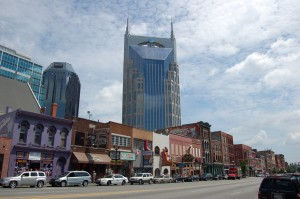 Lower Broadway og AT&T-bygget i Nashville, TN