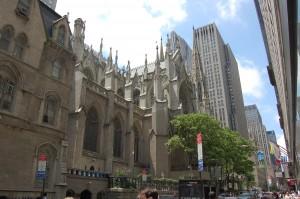 St. Patricks Church med GE-bygget i bakgrunnen