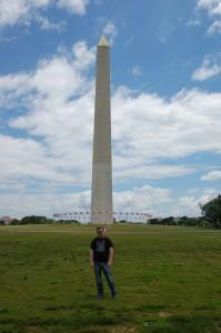 Meg fremfor Washington-monumentet ved National Mall i Washington