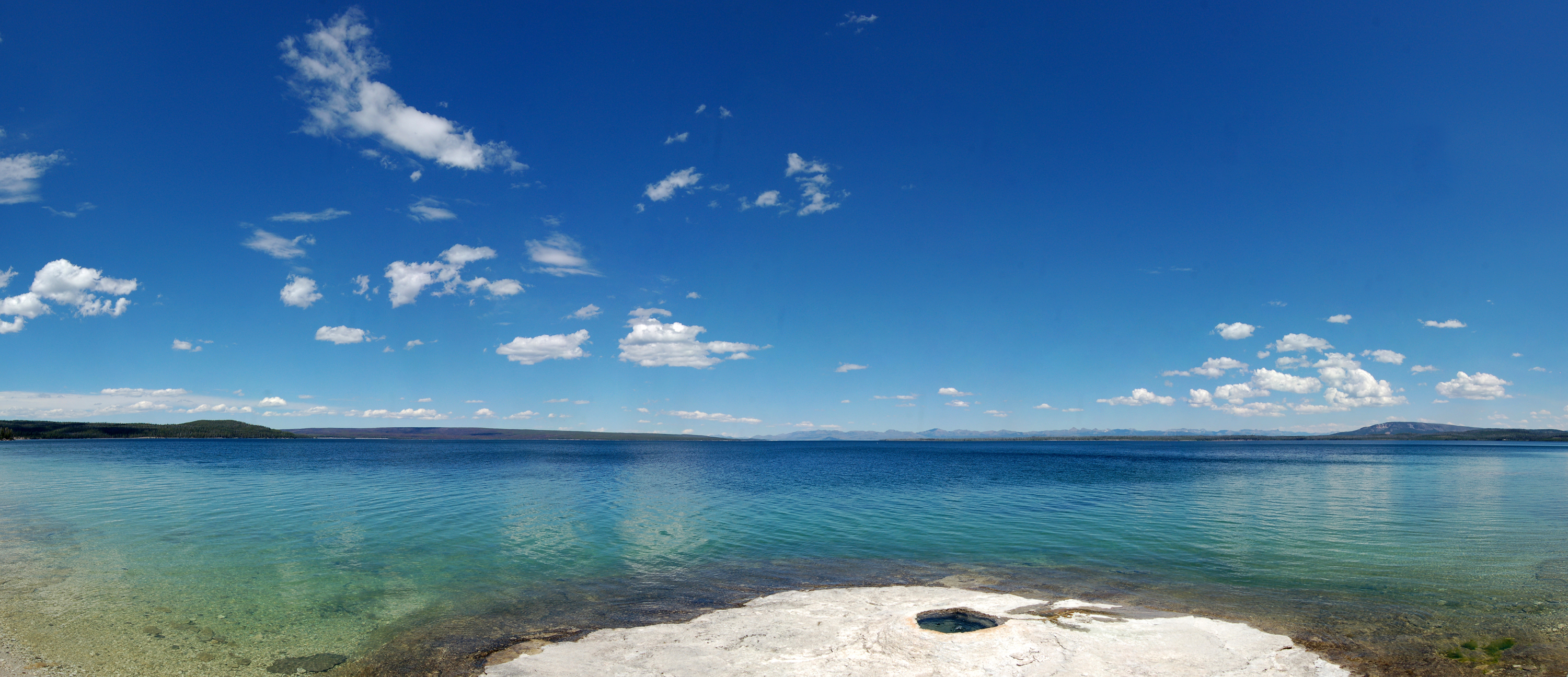35 bilders panorama av West Thumb Yellowstone Lake